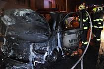 Žhářský útok na policejní vozidlo udělal čtvrt milionovou škodu