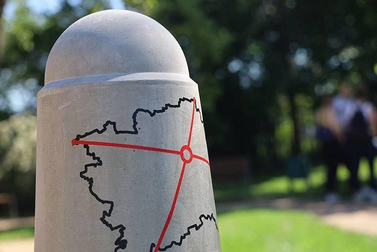 Na dětském hřišti Na Balkáně byl slavnostně vyznačen střed Prahy.