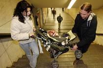 VYRAZIT DO MĚSTA S KOČÁRKEM vyžaduje po maminkách zvládnout několik sportovních disciplín. Cesta metrem je jedna z těch obtížnějších./ilustrační foto