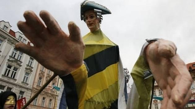 Kdo zavítal v sobotu 2. února na Staroměstské náměstí, mohl si prohlídnout nejen památky, ale též rej masek s názvem Divertimento furioso.