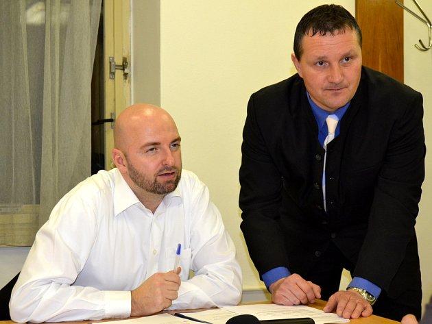 Sportovní moderátor a komentátor Ondřej Krátoška (vlevo) se sportovním redaktorem Nymburského deníku Vladimírem Malinovským těsně před vyhlášením ankety Nejúspěšnější sportovec okresu Nymburk.