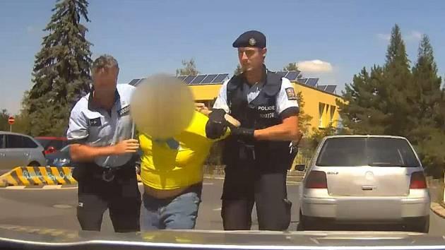 Opilý řidič naboural policisty.