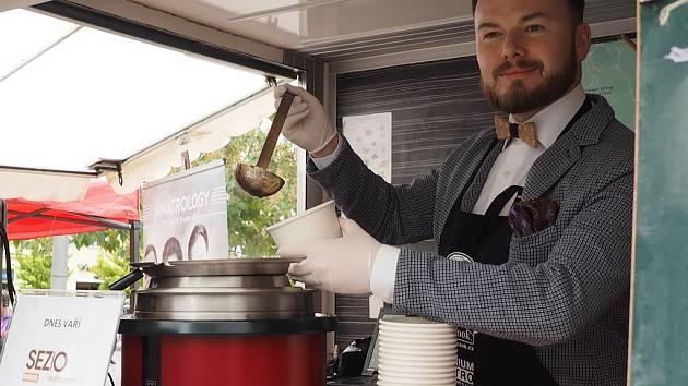 Polívková smršť v Praze na Andělu: tomatovou polévku ze Sezio restaurantu servíroval duchovní otec koncertního projektu Sinatrology Jan Smigmator.
