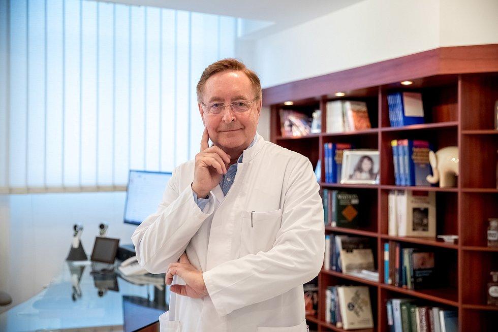 Ředitel Fakultní nemocnice Královské Vinohrady v Praze Petr Arenberger při fotografování pro Pražský deník.