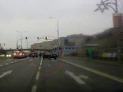 Řidič se zákazem řízení ujížděl strážníkům městské policie po Černém Mostě v Praze.