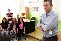 V rámci kampaně Chci učit učil na ZŠ Botičská Šimon Pánek občanku v 8. třídě.