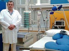 Lékař Miroslav Trubač v jednom ze speciálních jednolůžkových pokojů v nově zrekonstruované části chirurgického oddělení JIP v pražské Thomayerově nemocnici.
