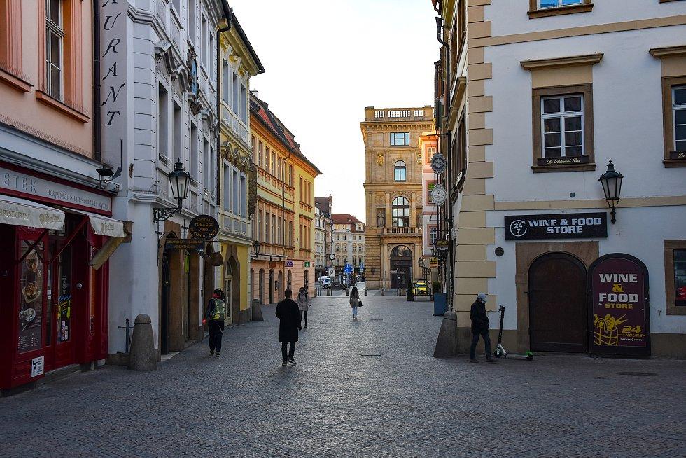 Prázdné ulice Prahy a lidé s rouškami 18. března 2020. Na Můstku.