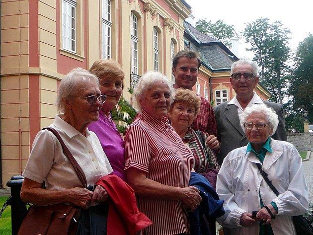 Senioři z Prahy 13 si výlet na dobříšský zámek pochvalovali.
