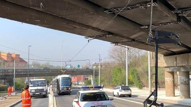 Pod železničním mostem u Palmovky došlo podruhé za 24 hodin k poruše trakčního vedení.