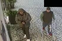 Muži podezřelí z krádeže koloběžek.