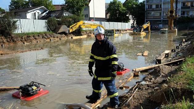 Boj s kvanty vody zaměstnal v neděli pražské hasiče.