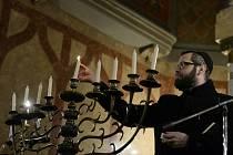 Vrchní pražský rabín David Peter zapálil v Jeruzalémské synagoze v Praze osmou svíci na oslavu židovského svátku chanuka, neboli svátku světel.