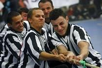 V přetlakové hale na pražském stadionu Na Kotlářce se 5. října uskutečnilo ojedinělé klání týmů z pražských středních škol v přetahování lanem o pohár J.A. Komenského.