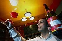 Milovníci mladého vína Beaujolais Nouveau mohou od třetího listopadového čtvrtka ochutnat první doušky letošního ročníku s nádechem malin, lesních jahod a rybízu. Snímek je z vinného baru U Závoje v Praze.
