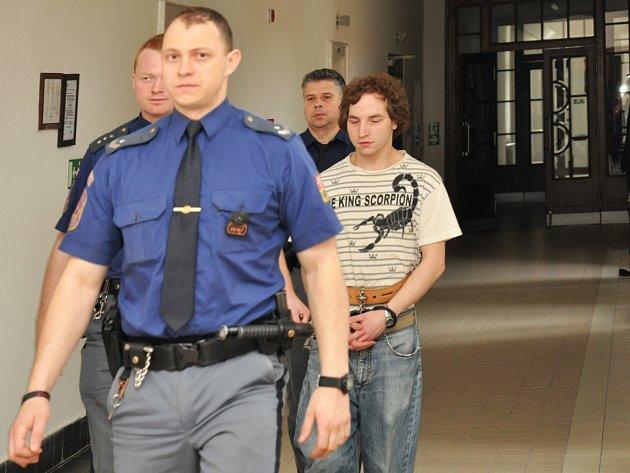 Devatenáctiletý trest za vraždu vrstevníka, údajně dokonce nejlepšího kamaráda, který mu předtím zaplatil několik piv v hospodě, potvrdil ve středu odvolací senát Vrchního soudu v Praze 21letému Vojtěchu Dlaskovi z Havlíčkova Brodu.