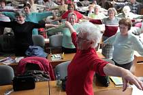 Info den o aktivizačních programech a službách pro seniory. Na snímku senioři při přednášce Cesta ke zdraví. Dům odborových svazů  20. dubna