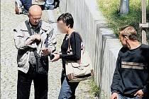ZA PATNÁCT STOVEK. Najít před cizineckou policií vhodného člověka nebyl problém. Redaktorce Deníku, která se vydávala za cizinku, jež potřebuje prodloužit povolení k pobytu, se to podařilo okamžitě. Místo ve frontě bylo druhý den.
