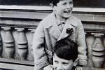 Sourozenci Tomáš (dole) a Martin Welsovi. Tomáš jako jediný z rodiny přežil holocaust.