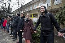 Autonomnímu sociálnímu centru Klinika skončila ve středu 2. března smlouva o výpůjčce budovy v Jeseniově ulici na pražském Žižkově. Aktivisté pak vytvořili lidský řetěz a čekali na příchod úředníků z Úřadu pro zastupování státu ve věcech majetkových.