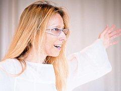 """Kanadská choreografka Marie Chouinard v Praze mimo jiné zatančí """"na přání"""" návštěvníkům výstavy Františka Kupky ve Veletržním paláci."""
