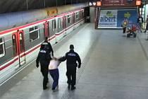 Mladík na konci nástupiště seskočil mezi koleje a lehl si před vlak.
