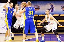 ŠPATNÁ OBRANA. Na vlastní palubovce dovolili basketbalisté USK Praha (v bílém) nastřílet Opavě 95 bodů.