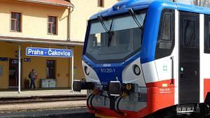 Motorový vlak řady 813, zvaný mravenec jezdí z pražského Masarykova nádraží do Čakovic.