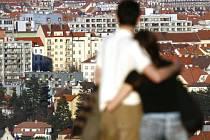 TAK KTERÝ? Město se snaží přilákat chybějící policisty, lékaře či učitele nabídkou levného bydlení./Ilustrační foto