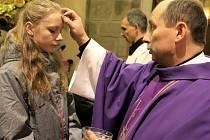 Tradice Popeleční středy je, že ženám kněz při bohoslužbě popelem udělá na čele křížek. Kdežto mužům se popel na hlavu sype. Tradice křížku podle církve vychází z dávné historie, kdy ženy musely mít hlavu zahalenou.