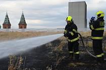 Pražští hasiči likvidovali požár travnatého porostu na střeše OC Nový Smíchov.