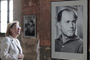 Zahájení výstavy fotografií, grafiky, koláží, ilustrací, obálek a plakátů Bohumil Hrabal barevně i černobíle - Synagoga na Palmovce.