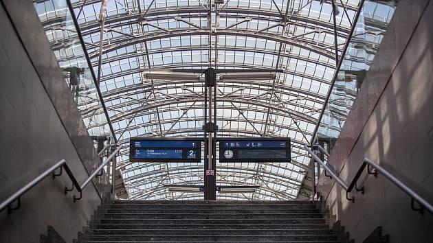 Ilustrace pražského hlavního nádraží, 10. srpna. Hlavní nádraží, Wilsonovo, nástupiště, peroń