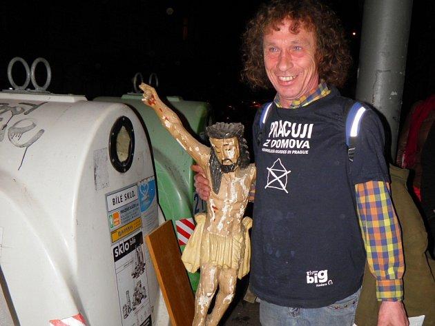 """U jednoho z kontejnerů našel bezdomovec Honza sochu Ježíše. I když má plné ruce tašek, neváhá: """"To je krása! Toho tady přece nemůžeme nechat!"""""""