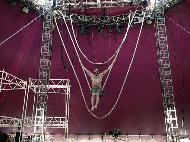 Na snímku přípravy na nedělní zahajovací vystoupení souboru NoFit State Circus. XII. Mezinárodní festival nového cirkusu a divadla proběhne od 16.8. do 3.9.