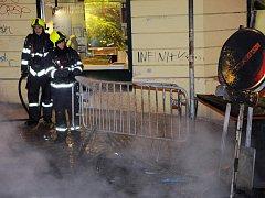 Terčem žhářských útoků se v ulicích Prahy už nestávají jen odpadkové koše, kontejnery na sběr odpadu a sem tam nějaké auto. V bezpečí nejsou ani záchodky.