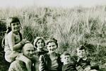 S náhradní rodinou v Cornwallu. Na snímku vzadu.