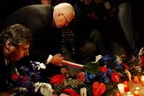 KLAUS I FIŠER. Mezi stovky svíček a květin položili věnce prezident Klaus spolu s premiérem Fišerem.