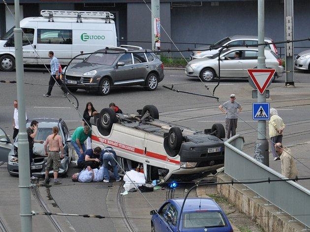 V Praze na křižovatce ulic Na Pankráci a Na Veselí se 9. května po poledni srazila sanitka vězeňské služby s osobním automobilem.