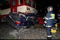 Srážka motorového vlaku s osobním automobilem v Libocké ulici si vyžádala smrt řidičky.