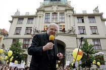 PRO LETOŠEK ZACHRÁNĚNI. Nebude se ale stejná situace opakovat zase za rok? (Herec a ředitel Semaforu Jiří Suchý na demonstraci před budovou pražského magistrátu.)