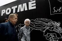 ÚSPĚŠNÝ PROJEKT. Letošní kavárna Potmě (na snímku patronka nadace zpěvačka Aneta Langerová s Václavem Havlem před kavárnou) přinesla nadaci Světluška statisíce korun. Světluškový den chce víc – překonat hranici sedmi milionů.