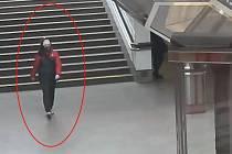 Policie hledá útočnici, která napadla ženu v metru.