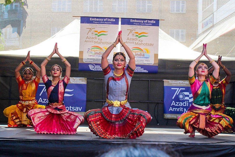 Festival Zažij Indii u stanice metra Anděl.