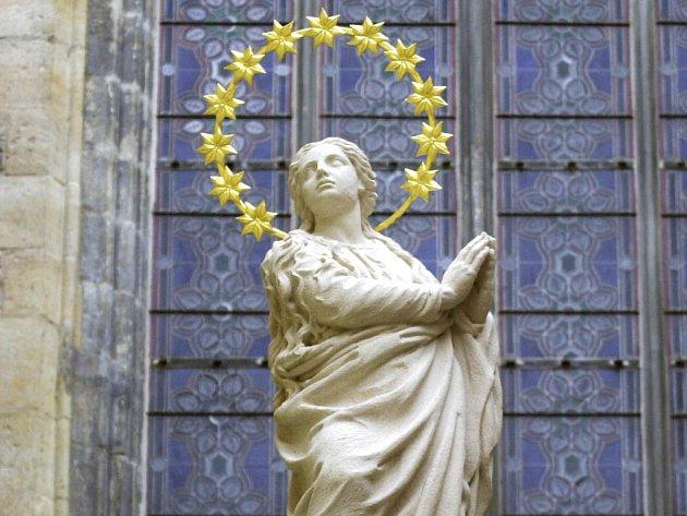Kopie Mariánského sloupu od sochaře Petra Váni je v současnosti umístěna na provizorním kovovém podstavci v bočním vchodu Týnského chrámu.