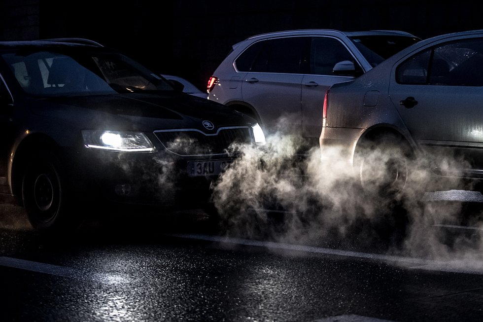 Kouř z výfuků v pražské dopravě.
