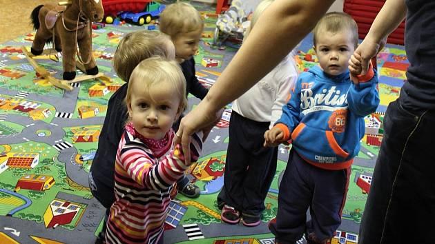 Babysitting: rodiče můžou své děti svěřit do hlídacího centra, nebo přijdou tety přímo k nim domů. Ilustrační foto.