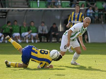 ZPRACOVÁNÍ. Zajímavý kousek se podařil opavskému Robinu Wirthovi. Ani na noze, ani na hlavě, ale naramenou nese míč, který chce získat Pavel Hašek z Bohemians.
