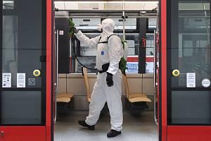Dopravní podnik hlavního města Prahy ukázal 6. března 2020 v pražské Vozovně Pankrác nové technologie čištění interiérů tramvají a autobusů polymerovou dezinfekcí.
