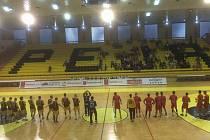 PEKLO NEPŘIŠLO. Bouřlivého prostředí se báli před úvodním utkáním Poháru EHF v kosovské Bese házenkáři Dukly. Atmosféra ale zůstala daleko za očekáváním. Díky souběžně hranému basketbalovému zápasu si do haly našlo cestu jen 600 diváků.